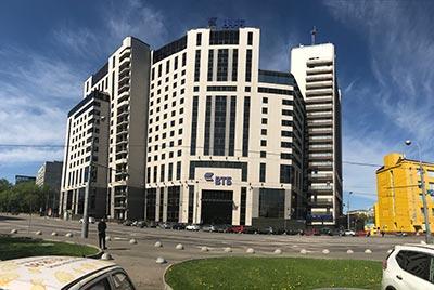 Вентилируемый фасад здания банка ВТБ на Воронцовской в Москве